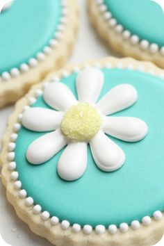 daisy royal icing decoration