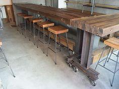 バーカウンター スツール 古材の角材を全ネジで結び付けたカウンタートップとH鋼で組んだ脚とのゴツイコンビ スツールは対照的に華奢な丸鋼で製作しました