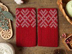 北欧よりArabiaアラビア、Rorstrandロールストランド、Gustavsbergグスタフスベリ、北欧雑貨とエストニア、ラトヴィア、リトアニアのハンドクラフトのお店です。 Wrist Warmers, Hand Warmers, Mitten Gloves, Fingerless Gloves, Hand Weaving, Knitting Patterns, Diy And Crafts, Beads, Crochet