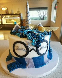 Harry Potter Unicorn Cake Omg it's a Ravenclaw unicorn potterhead cake! It so beautiful. I need a Hufflepuff one! Harry Potter Torte, Harry Potter Desserts, Harry Potter Birthday Cake, Harry Potter Food, Harry Potter Cupcakes, Crazy Cakes, Savoury Cake, Cute Cakes, Creative Cakes