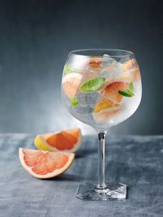 Grapefruit and basil gin and tonic, because everyone needs another way to drink gin. drinks Grapefruit and Basil Gin and Tonic Summer Cocktails, Cocktail Drinks, Cocktail Recipes, Alcoholic Drinks, Beverages, Vodka Cocktails, Basil Cocktail, Drinks Alcohol, Perfect Gin And Tonic