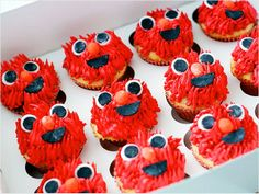 Awww look at these Elmo cupcakes for your little ones birthday party! We have more easy kid's birthday cake ideas