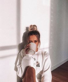 home poses Fotos en casa - How to pose for picture - Cute Instagram Pictures, Cute Poses For Pictures, Instagram Pose, Tumblr Photography Instagram, Save Instagram, Instagram Girls, Winter Instagram, Vintage Instagram, Ideas For Instagram Photos