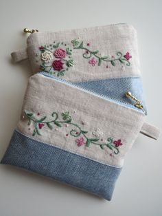 Denim bag and synthetic details. Super beautiful, can … – All Bag Models Embroidery Purse, Embroidery Stitches, Embroidery Patterns, Machine Embroidery, Sewing Patterns, Felt Patterns, Artisanats Denim, Tricot D'art, Sewing Crafts