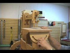 Pedal-Operated Wooden Scroll Saw. made entirely (even the gears) with wood Woodworking Videos, Woodworking Plans, Homemade Tools, Wood Tools, Inspiring Things, Dust Collection, Scroll Saw, Something To Do, How To Plan