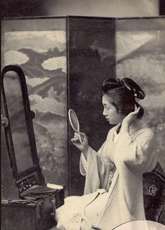 Geisha looking in mirror. Old Pictures, Old Photos, Vintage Photographs, Vintage Photos, Japan Shop, Japanese Textiles, Japanese Outfits, Orient, Japan Art
