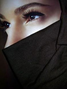 Veiled woman often have very beautiful faces behind their veils. There is something riveting about eyes that hint at the hidden beauty behind the veil. These are some of the beautiful eyes behind the veil. Arab Girls Hijab, Girl Hijab, Muslim Girls, Hidden Beauty, Dark Beauty, Beautiful Hijab, Beautiful Eyes, Niqab Fashion, Muslim Women Fashion