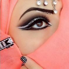 10 Best Arabian Eye Makeup Tutorials With Step by Step Tips - Makeup - 10 Best Arabian Eye Makeup Tutorials With Step by Step Tips Silver and whit help open eyes; 10 Best Arabian Eye Makeup Tutorials With Step by Step Tips Eye Makeup Steps, Smokey Eye Makeup, Makeup Tips, Makeup Tutorials, Makeup Ideas, Hair Makeup, Arabian Eyes, Arabian Makeup, Beautiful Eye Makeup