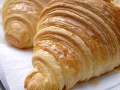 Honey and Butter Croissants/Croissante rapide cu unt si miere Ketogenic Recipes, Keto Recipes, Cake Recipes, Cooking Recipes, Sweet Desserts, Sweet Recipes, Romanian Food, Romanian Recipes, Butter Croissant
