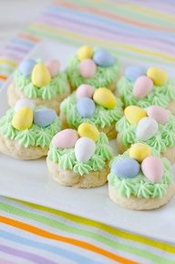 Easter Nest Cookies, just top sugar cookies with green frosting  jelly beans. I can do that!