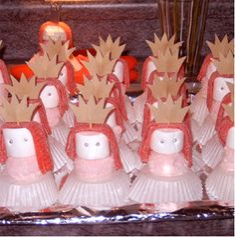 goudpapier, schaar, satéprikkertjes, cakebakjes van papier INGREDIENTEN 4 spekjes, snoepgoed 8 zilverspikkels (taartversiering) 4 suikerspekjes (suikergoed) 4 mini-cakejes 4 zure suikermatjes (snoepgoed) 1. Knip twee kroontjes van goudpapier en plak er een prikker tussen Stapel dan alle spekjes enz Zet alle onderdelen van het prinsesje vast met satéprikkertjes waar nodig.