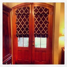 Love these arched door shades! Arched Front Door, Front Doors With Windows, Arched Doors, Glass Front Door, Arched Windows, Arched Window Coverings, Door Coverings, Door Window Treatments, Wall Treatments