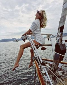 Catch me if u can ⛵️ via elsa hosk Elsa Hosk, Versace Gold Coast, Boat Party Outfit, Yatch Party, Yatch Boat, Catamaran, Bootfahren Outfit, Boating Outfit, Nautical Fashion