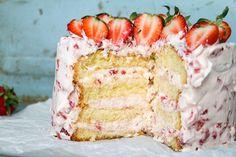 Himmelsk Jordgubbstårta   Fridas Bakblogg Swedish Recipes, Sweet Recipes, Candy Recipes, Dessert Recipes, Grandma Cookies, Bagan, Pretty Cakes, Creative Cakes, Let Them Eat Cake