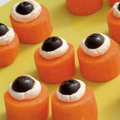 64 Non-Candy Halloween Snack Ideas- Edible and healthy! Carrots, cream cheese, and sliced black olives make up these fun edible eyeballs for Halloween. Plat Halloween, Soirée Halloween, Halloween Snacks For Kids, Healthy Halloween Treats, Halloween Eyeballs, Halloween Food For Party, Spooky Treats, Halloween Tricks, Healthy Snacks