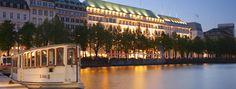 Ein Grand Hotel nach europäischer Tradition ist das Fairmont Vier Jahreszeiten - definitiv eine der Top-Adressen in Hamburg. Historischer Charme trifft hier auf Moderne, und anspruchsvollen Reisenden bleibt kaum ein Wunsch unerfüllt. Das berühmte Restaurant Haerlin darf sich seit 2014/15 mit ganzen zwei Michelin-Sternen schmücken und bietet somit ein kulinarisches Erlebniss der absoluten Weltklasse.