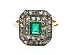 Ringweite: 51. Gewicht: ca. 3,8 g. GG 750. Klassisch-eleganter Ring mit feinem, rechteckig facettiertem Smaragd, ca. 0,6 ct, umrahmt von Diamantrosen, zus. ca....