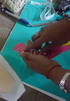 Crea Un Lindo Porta Papel Higiénico DIY De Muñeca Para Tu Cuarto De Baño   Manuaidades eli Bikinis, Swimwear, Free Pattern, Daisy, Ideas, Sewing Dolls, Handmade Dolls, Embroidered Gifts, Bath Robes