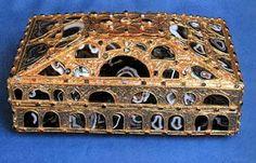 CAJA DE LAS ÁGATAS. s.X, catedral de Oviedo. Madera de ciprés y láminas de oro repujadas, ágatas y otras piedras semipreciosas. Tetramorfos