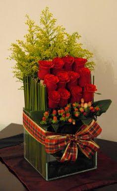 Arranjo com ROsas Perfect for Holidays Table Flowers, Flower Vases, Paper Flowers, Unique Flower Arrangements, Christmas Floral Arrangements, Bridesmaid Flowers, Flower Bouquet Wedding, Flower Bouquets, Bridal Bouquets