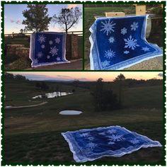 Beautiful snowflake appliqué using Jinny Beyer's monochrome collection Bargello Quilts, Show And Tell, Quilt Patterns, Snowflakes, Monochrome, Applique, Studio, Fabric, Inspiration