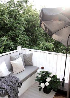 Balkon dekorieren: Der benuta Outdoor-Teppich sorgt in Verbindung mit hübschen Kissen für mehr Gemütlichkeit auf dem Balkon   gesehen bei www.ohwhataroom.de