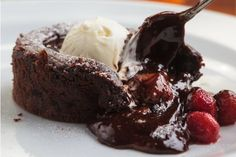 Magical chocolate self-saucing pudding Hot Chocolate Cake Recipe, Chocolate Fondant, Chocolate Pudding, Keto Recipes, Cake Recipes, Dessert Recipes, Cooking Recipes, Health Recipes, Self Saucing Pudding