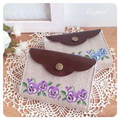 . ちょっと時間が掛かってしまいましたが、 お財布が出来ました!! . . 片手に収まるコンパクトな大きさです。  #刺繍 #クロスステッチ #パンジー #花…