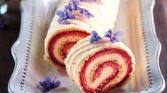 Zbavte se ostychu z rolády – tajemství úspěchu tkví v tom, že těsto upečete akorát, aby bylo ještě pružné, a ještě horké ho posypete moukou a obrátíte na nový pečicí papír. Pomocí něho jej pak snadno stočíte. Cake Recept, Czech Recipes, Tiramisu, Deserts, Dessert Recipes, Rolls, Food And Drink, Sweets, Punk