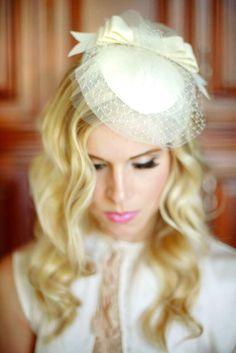 Proposta per una sposa romantica - Cappello da sposa con fiocco e velo.  Cappelli Da a82f5f8027f8