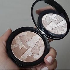 Olhar para um item de maquiagem que parece uma obra de arte.   21 prazeres na vida de quem é apaixonado por maquiagem