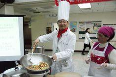 苗栗醫院院長許振榮身「大廚阿榮師」,示範健康年菜烹飪。(圖片提供/衛福部苗栗醫院)