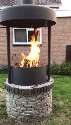 Barbecue-pit Special van de Kachelman. Een speciale op maat gemaakte barbecue met een hydraulisch verstelbaar vuurbed.  Het rooster heeft dus een vaste positie. Een speciale kap van 120cm met rok en een schoorsteen van 250mm.  De schoorsteen is voorzien van smoorklep.  Zeer geschikt om met een groep mensen een grote en gezellige BBQ te houden. Indoor Fire Pit, Outdoor Fire, Outdoor Decor, Walk In Wardrobe Design, Barbecue Design, Garden Cabins, Backyard Fireplace, Log Burner, Tiny House Design