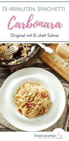 Das original italienische Rezept für Spaghetti Carbonara kommt ohne Sahne aus. Dieses schnelle Gericht erhält seine Sahnigkeit durch Ei, was nicht nur Kinder lieben. Dieser Pastaklassiker ist mit seinen fünf Zutaten einfach und unkompliziert zubereitet und damit ein Ass im Ärmel! #Nudeln #Pasta #Carbonara #schnelleküche #kinderessen