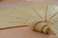 Az ínycsiklandó sajtos croissant egy különlegesen finom péksütemény a mindennapokra. Nemcsak azért különleges, mert sajt kerül rá, hanem azért is, mert a tésztájába kefirt is kevertem, a felcsavarás előtt a kis cikkeket pedig sóval elkevert vajjal is megkentem. Ettől nagyon ízletes, puha és ellenállhatatlan lett a croissant. A reszelt sajttal egész egyszerűen csak megszórtam, majd felcsavartam és megsütöttem. Legközelebb a sajttal nemcsak a tetejét szórom meg, hanem magára a tésztacikkekre…