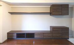 左にテレビボード、右にコーヒーメーカーを置けるカフェスペースが設けられた造作棚です。|リフォーム|壁面収納|リビング|