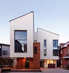 복층구조의 세 가구 주택 : CoCo House : Conversation+Collaborative Housing : 이미지 크게보기 Minimalist Architecture, Beautiful Architecture, Interior Architecture, Building Design, Building A House, Small Modern Home, Street House, Architectural Design House Plans, Facade House