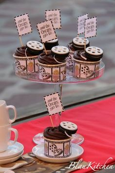 Cinema Cupcakes (this might just be the cutest thing ever! Hollywood Party, Hollywood Birthday Parties, Cinema Party, Cinema Wedding, Cinema Cinema, Kino Party, 50th Birthday Centerpieces, Movie Cakes, Red Carpet Party