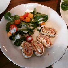 Kräuterpfannkuchen, mit Frischkäse-Lachs-Füllung, arrangiert an Blattsalat mit Kirschtomaten