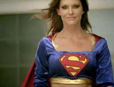 Tricia Helfer (BSG) como Supermoça. (a/c @mjcoffeeholick)
