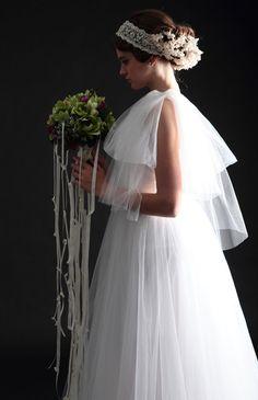 No.08-0073 舞い降りた女神のような佇まいに見惚れるドレスは、2種類のベールチュールを使用した贅沢な作りがポイント。肩部分はリボンデザインで、スワロが描く光の余韻が上品なアクセント。透明感ある軽やかな素材なので、海外ウェディングにもおすすめ。
