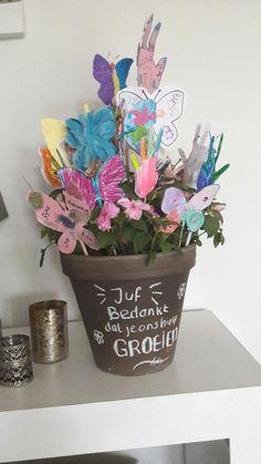 Afscheid juf Bedankje schooljaar kleuters: Bedankt dat je ons hielp GROEIEN! Pot met zomerplantjes met daarin van ieder kindje uit de klas een prikker/stokje met versierde vlinder/handje.