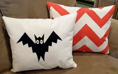 How to Screen Print with Masking Tape {Halloween Pillow Tutorial DIY screen printing with masking tape (no screen required!) Source by zellaind Diy Halloween Home Decor, Soirée Halloween, Halloween Pillows, Halloween Sewing, Fall Pillows, Diy Pillows, Pillow Ideas, Stenciled Pillows, Decorative Pillows