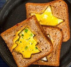 Start Christmas morning off right with these festive and delicious Christmas breakfast recipes. From make-ahead recipes and breakfast casseroles to the classics with a twist like egg nog French toast or gingerbread pancakes, there is a festive assortment Christmas Morning Breakfast, Christmas Brunch, Christmas Baking, Kids Christmas, Christmas Wreaths, Christmas Crafts, Savory Breakfast, Breakfast For Dinner, Breakfast Casserole