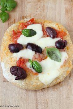 la cuoca eclettica: Pizza con sugo di pomodoro fresco, fior di latte e...