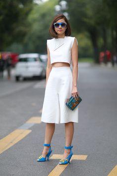 Uno de los looks más importantes de la temporada es la combinación de culottes con crop tops monocromáticos con accesorios de colores vibrantes
