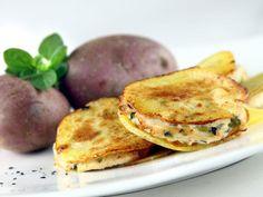 Lessare le zucchine e la patata in acqua bollente e lasciarla raffreddare. Dopo qualche minuto schiacciare il tuttofino a ridurlo in un composto omogeneo. Aggiungere l'emmental a dadini, salare e...