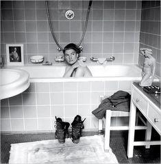 David E. Scherman, Lee Miller in de badkuip van Adolf Hitler (1945)  Bovenstaande foto werd gemaakt op 30 april 1945, de dag waarop Adolf Hitler in zijn bunker in Berlijn zelfmoord pleegde. Te zien is Vogue-correspondente en fotomodel Lee Miller.