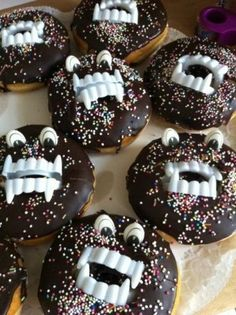 Simple and funny birthday ideas- Monster-Donuts! Halloween Donuts, Halloween Snacks, Men Halloween, Buffet Halloween, Hallowen Party, Dessert Halloween, Halloween Crafts For Kids, Halloween Party Decor, Halloween Candy