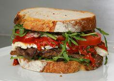 BIFE WAGYU NO PÃO ITALIANO, TÓQUIO Muito bife Wagyu colocado entre fatias de pão tipo italiano. Para melhorar o sabor, verduras